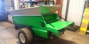 Earth & Turf compost spreader