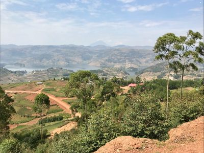 The hills above Lake Bunyonyi form the perfect location for an amazing cycling day-trip.