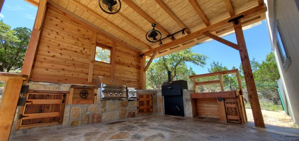 Lakehills Texas outdoor kitchen and flagstone patio.