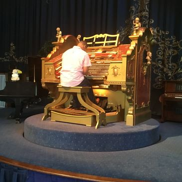 Tedde playing the Sanfillippo Wurlitzer in Barrington Hills, IL.
