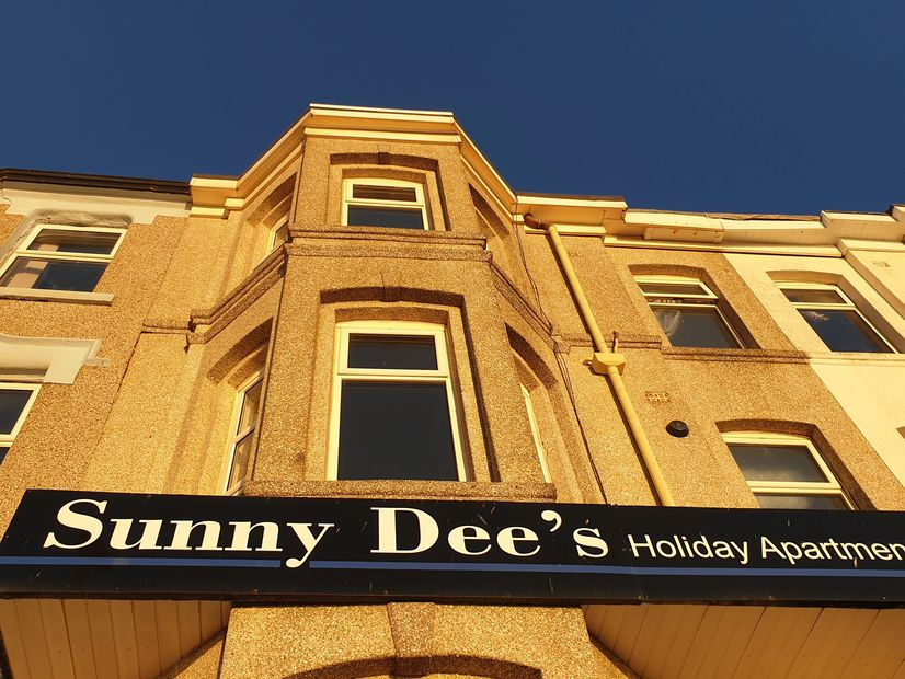 Sunny Dee's cheap slef catering holiday apartments Blackpool