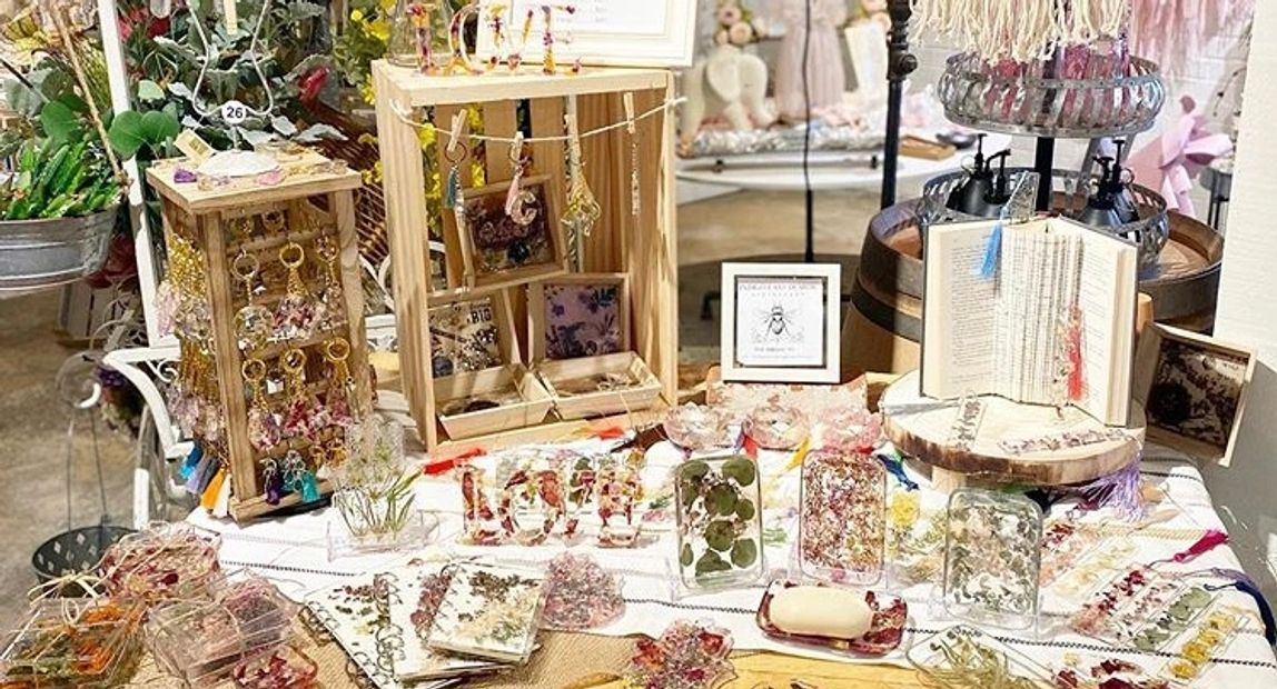 Pallet table adorned with a varied selection of handmade floral resin pieces. Soap dishes trays book