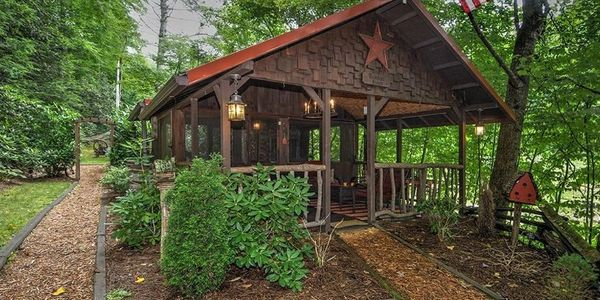 Want to barbeque? Looking for an outdoor area to eat, enjoy your coffee or wine? Play games? This is for your exclusive use when you rent the Nestled Inn cabin.