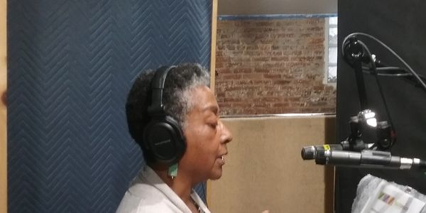 Professional voice over actor, narrations and commercials, in studio, audio editing, home studio.