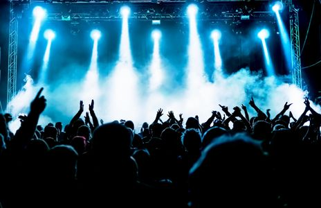 A crowd of people at a concert illustrate the concept of entrainment used by Live Therapeutic Music