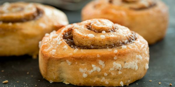Cinnamon pinwheel rolls with flaky salt