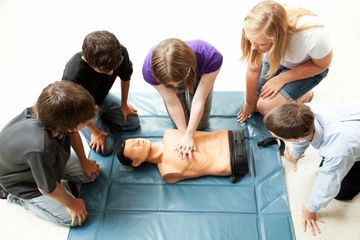Fully accredited First Aid courses, FAW, EFAW and first responder training.