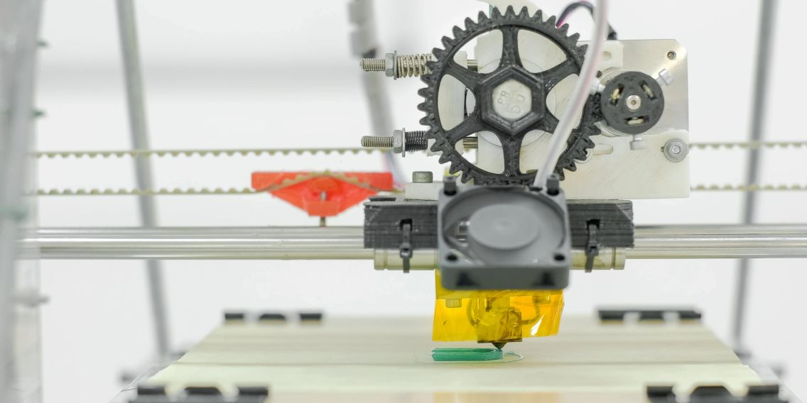 An image of a 3-D printer on the KnurlNetwork in the process of printing.