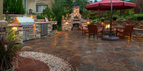 We build beautiful outdoor patios, outdoor kitchens, fire places, fire pits, pizza ovens, and more!