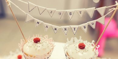 Just married sign and cakes