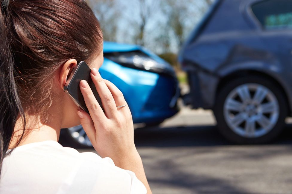 lady calling police after a car accident