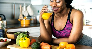 women  having a healthy diet with fruits and vegetables after a body contouring session